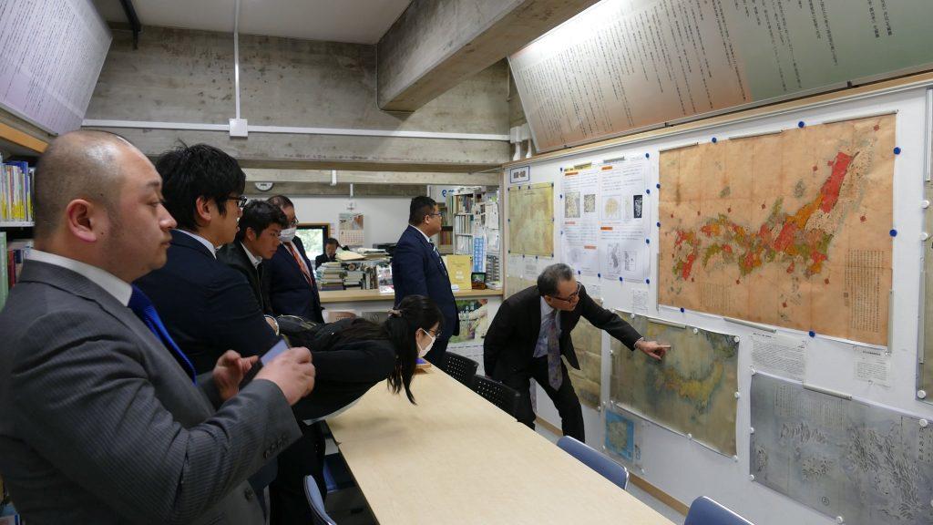 竹島資料室にて説明を受ける青年委員会メンバー
